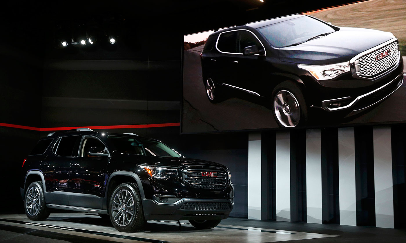 The 2017 Gmc Acadia Is About 7 Inches Shorter 700 Pounds Lighter And Loses 40 Cubic Feet Of Storage Vs Outgoing Model