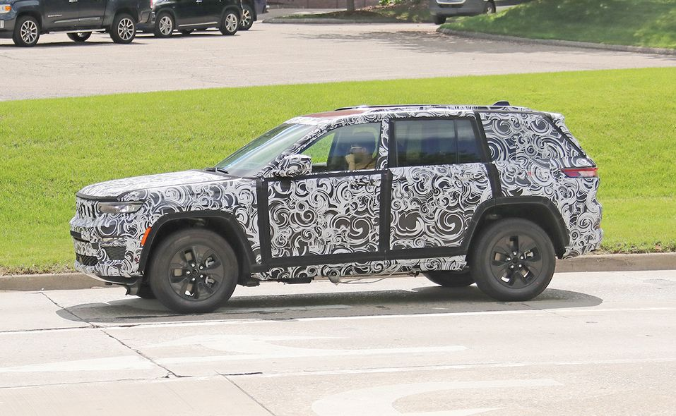 Jeep Grand Cherokee 4xe turning side 2