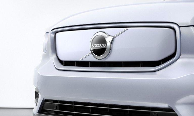 259195_Volvo_XC40_Recharge_P8_AWD_in_Glacier_Silver (1).jpg