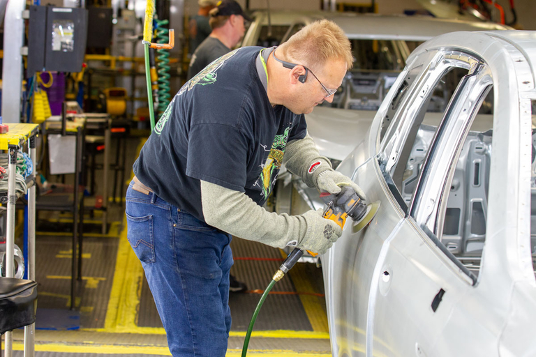 GM adding 1,200 jobs to raise output of crossovers, Cadillac sedans