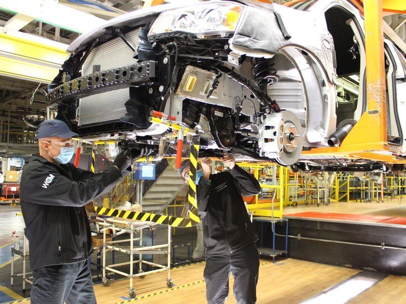 Stellantis to cut Ontario minivan plant down to one shift in spring 2022