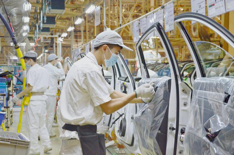 Workers at GAC-Honda assmebling vehicles