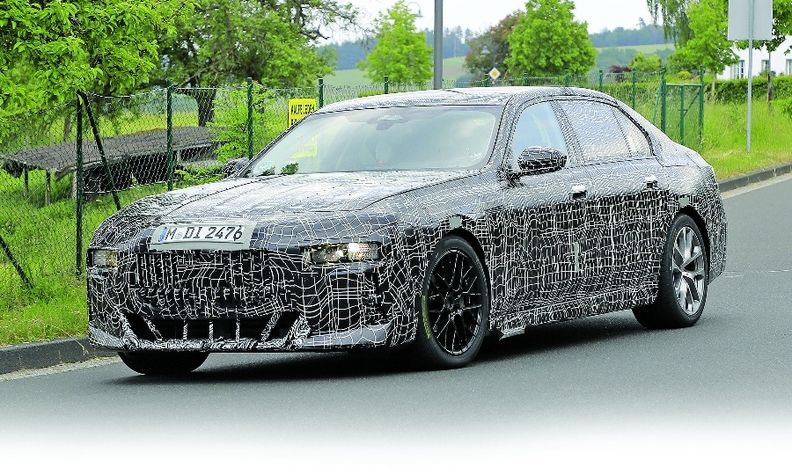 Spy shots of the next-generation BMW 7 Series signal a grille similar to that ofthe X8.
